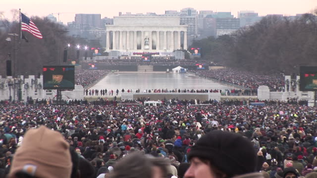 vídeos de stock, filmes e b-roll de january 18 2009 ws zo spectators watching as large screens show garth brooks performing at the 'we are one' concert on the national mall to celebrate... - tomada de posse