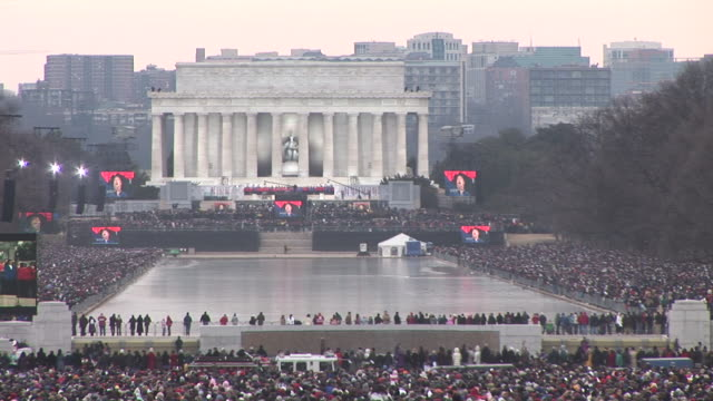 vídeos y material grabado en eventos de stock de january 18 2009 ws spectators watching as large screens show garth brooks performing at the 'we are one' concert on the national mall to celebrate... - 2009