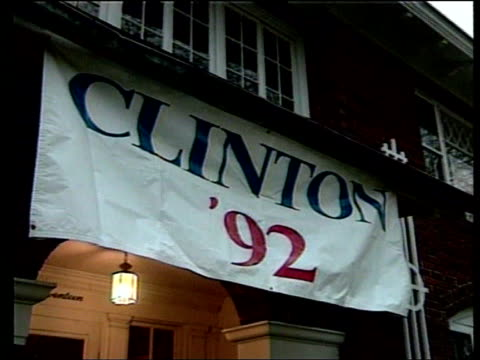 vídeos de stock, filmes e b-roll de january 1992 gv same house with banner over entrance 'clinton '92' la banner bill clinton towards up to house bv clinton shaking hands with boy at... - 1992