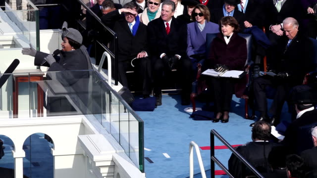 vídeos de stock, filmes e b-roll de january 20 2009 aretha franklin performing america at the capitol building during the inauguration of president barack obama while dianne feinstein... - tomada de posse