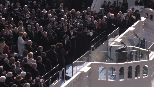 january 20 2009 ha ws zi california senator dianne feinstein introduces president barack obama as he arrives to give his inaugural address at the... - 2009 video stock e b–roll