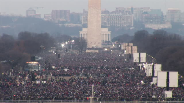 vídeos de stock, filmes e b-roll de january 20 2009 ha ws crowd on the national mall at the inauguration of barack obama / washington dc / audio - tomada de posse