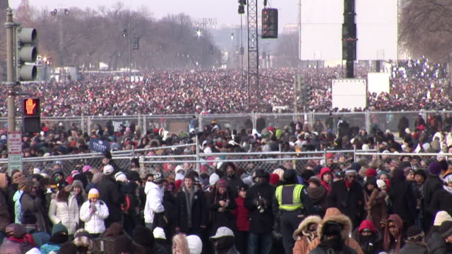 vídeos de stock, filmes e b-roll de january 20 2009 ha ws zo crowd on the national mall at the inauguration of barack obama / washington dc / audio - tomada de posse