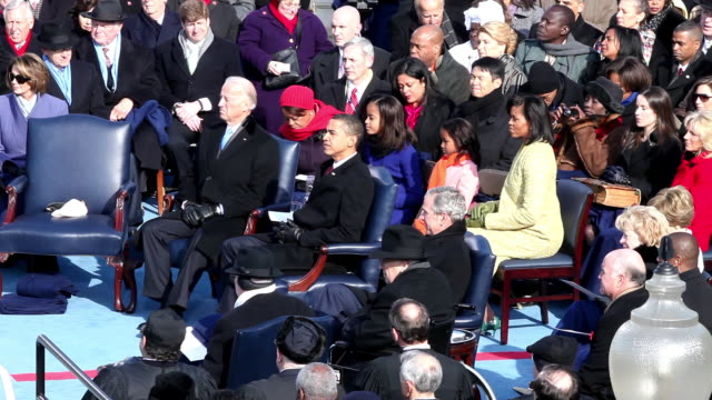 vídeos de stock, filmes e b-roll de january 20 2009 joe biden barack obama michelle obama their daughters malia and sasha george w bush and dick cheney watch ceremony at obama's... - tomada de posse