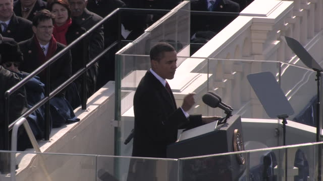 vídeos de stock, filmes e b-roll de january 20 2009 ms president barack obama giving inaugural speech and waving to crowd/ washington dc - tomada de posse