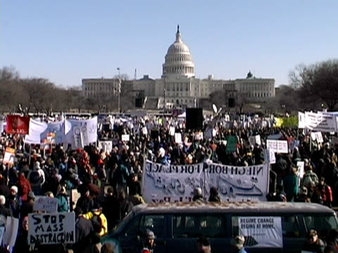 january 2003 high angle wide shot anti iraq war protest/ washington dc - 2003年点の映像素材/bロール