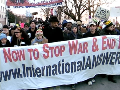 january 2003 medium shot jesse jackson at antiwar protest/ washington dc - 2003年点の映像素材/bロール