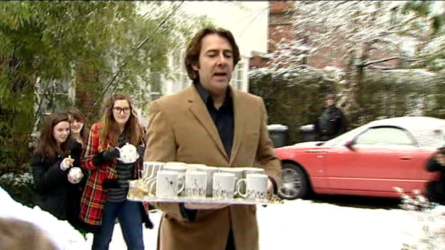 vídeos de stock, filmes e b-roll de january 2010 north london: ext ** flash photography ** jonathan ross speaking to press outside his house - jonathan ross
