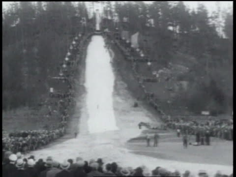 january 24, 1934 b/w spectators watching athletes skiing down slope / spokane, washington, united states - 1934 個影片檔及 b 捲影像