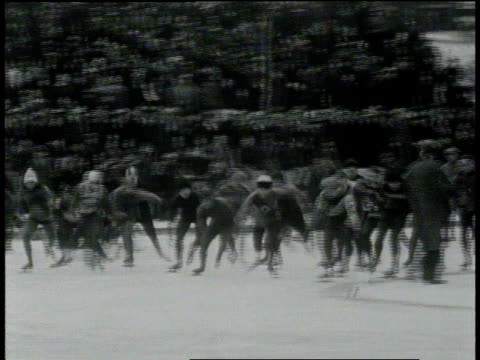 vídeos de stock e filmes b-roll de january 26, 1931 ts ice skating race on the wollman rink in central park / new york, united states - pista de patinagem no gelo