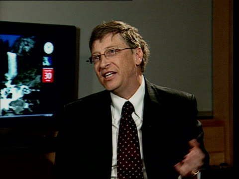 vídeos de stock e filmes b-roll de january 30, 2007 bill gates being interviewed at launch of windows vista/ london, england/ audio - só um homem maduro