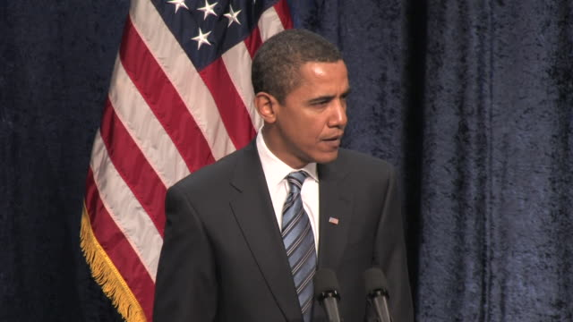 vidéos et rushes de january 8, 2009 president-elect barack obama giving a speech on the economy at george mason university/ fairfax, virginia/ audio - seulement des hommes d'âge mûr