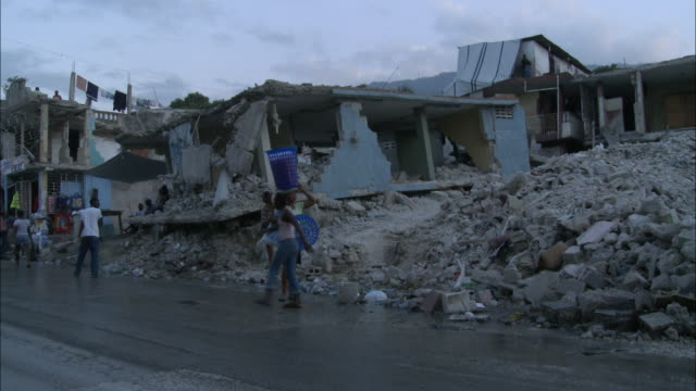 january 8, 2011 light traffic and residents walking on the streets next to destroyed homes and rubble / port-au-prince, haiti - 2010 個影片檔及 b 捲影像