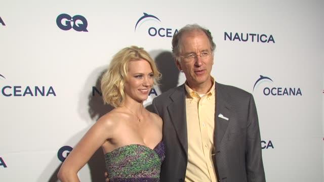 january jones, andy sharpless at the nautica celebrates world oceans day at west hollywood ca. - ジャニュアリー・ジョーンズ点の映像素材/bロール