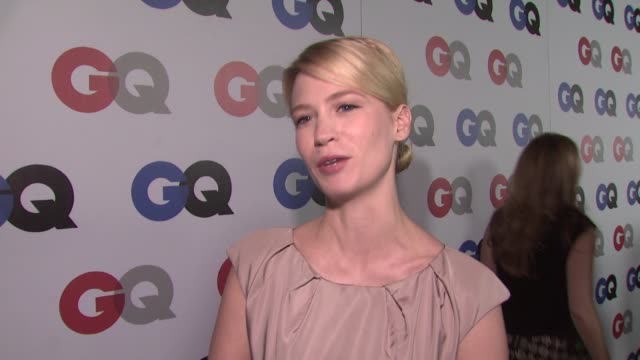 january jones on jon hamm being one of gq's men of the year, on her feelings about the election, and on her man of the year. at the gq men of the... - ジャニュアリー・ジョーンズ点の映像素材/bロール