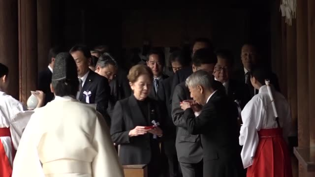 vidéos et rushes de a crossparty group of japanese lawmakers visits the warlinked yasukuni shrine in tokyo on april 23 during the shrine's annual spring festival... - après guerre