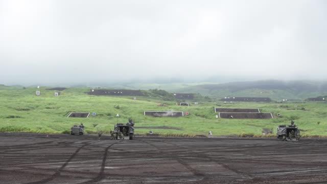 vídeos y material grabado en eventos de stock de japan ground selfdefence force live fire exercise at the foot of mount fuji in the hataoka district of the fuji maneuver area in gotemba shizuoka... - vehículo militar de tierra
