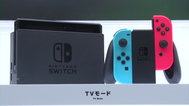 vidéos et rushes de japan, - jan. 13: nintendo co. president tatsumi kimishima unveils the new switch game console at tokyo big sight on jan. 13, 2017. the... - switch