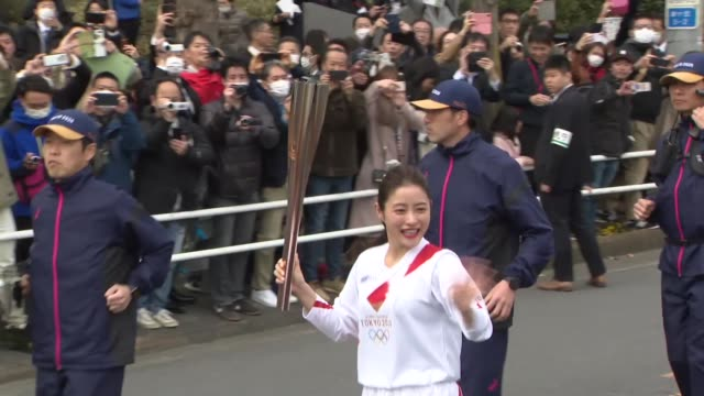 vídeos de stock, filmes e b-roll de japanese actress satomi ishihara runs in a rehearsal of the olympic torch relay in hamura on the outskirts of tokyo on feb. 15, 2020. - revezamento