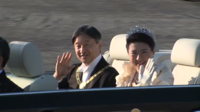 japanese emperor naruhito and empress masako wave to the crowd during his enthronement parade from the imperial palace to the akasaka imperial... - 天皇点の映像素材/bロール