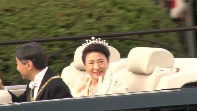 japanese emperor naruhito and empress masako wave to the crowd during his enthronement parade from the imperial palace to the akasaka imperial... - 日本の皇室点の映像素材/bロール