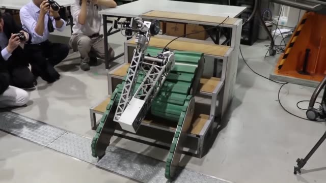 japan, -may 23: kyoto university demonstrated on tuesday a competition-winning rescue robot that can find and rescue people from buildings during a... - 救う点の映像素材/bロール