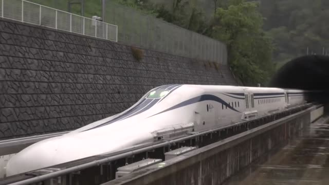 movie taken in tsuru in yamanashi prefecture, eastern japan, on oct. 19 shows the revised linear chuo shinkansen, central japan railway co.'s new... - treno ad alta velocità video stock e b–roll