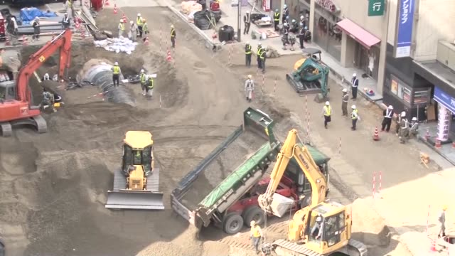 japan, - nov. 13: utilities were completely restored by sunday, five days after a huge sinkhole suddenly opened up beneath a major road in downtown... - major road点の映像素材/bロール