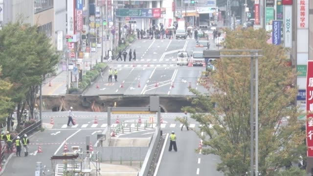 japan, - nov. 8: a huge sinkhole opens up on a major road in downtown fukuoka on nov. 8 disrupting traffic, power supplies and banking systems, with... - major road点の映像素材/bロール