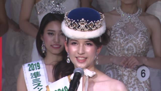 vidéos et rushes de tomomi okada daughter of late actor masumi okada, poses in tokyo on oct. 23 after being selected as a contestant to represent japan at the 2019 miss... - concurrent