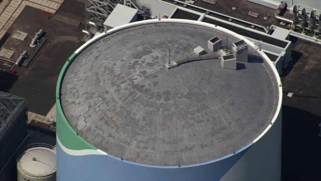 vidéos et rushes de [japan out] aerial view high angle view sendai nuclear power plant no1 reactor and its surrounding equipments dolly up medium shot of the top of the... - entourer