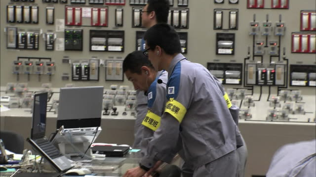 [japan out]sendai nuclear power plant's central control room group of workers checking the reactor's performance - control room stock videos & royalty-free footage