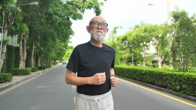 ジョギングをする日本シニアアダルト - jogging点の映像素材/bロール
