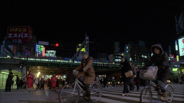 ms, japan, tokyo, pedestrians crossing street at night - 2005年点の映像素材/bロール