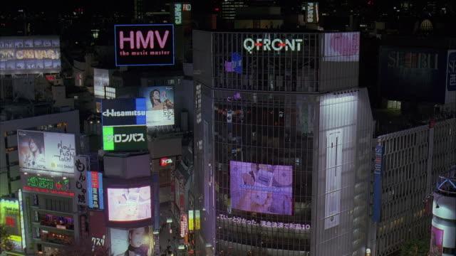 vidéos et rushes de ms, ha, japan, tokyo, shibuya, buildings with electronic billboards at night - billboard