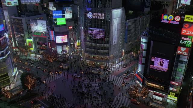 vidéos et rushes de ws, ha, japan, tokyo, shibuya ward, pedestrians crossing street at night - billboard