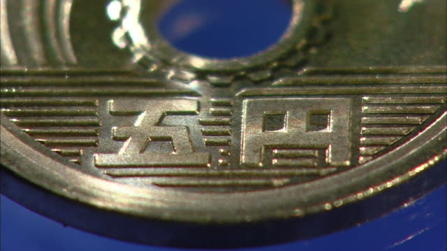 japanese 5 yen coin - 極端なクローズアップ点の映像素材/bロール