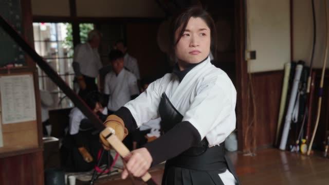 日本の射手は、彼女の矢を nocking し、彼女のショットを取る - 権力点の映像素材/bロール
