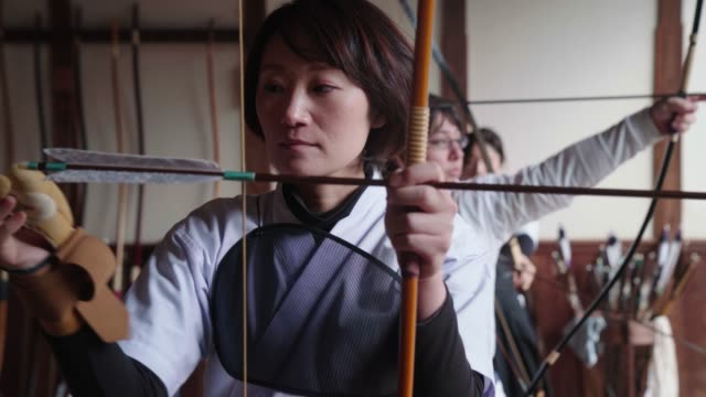japanese archer readying her bow - tradition stock videos & royalty-free footage