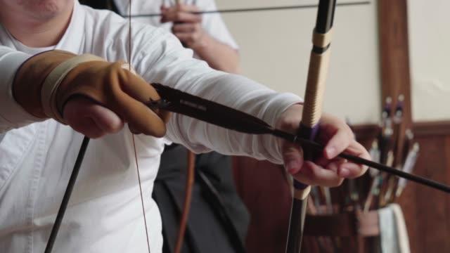 japanischer bogenschütze bereitet seinen bogen - trefferversuch stock-videos und b-roll-filmmaterial
