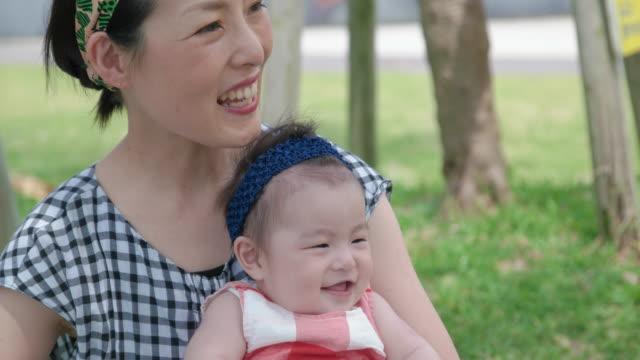 vídeos de stock, filmes e b-roll de 4k, bebê japonês e mãe no parque. - família de duas gerações