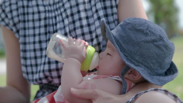4k, japanische baby und mutter im park. - konformität stock-videos und b-roll-filmmaterial