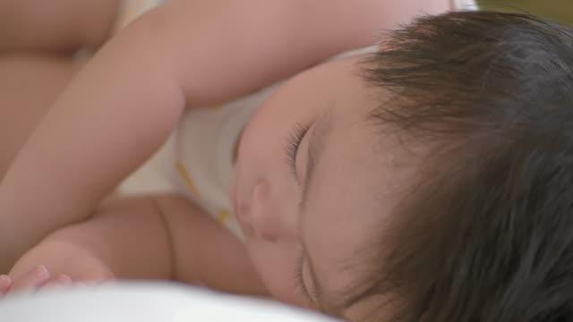 日本の赤ちゃんが部屋で眠っています。 - 床点の映像素材/bロール