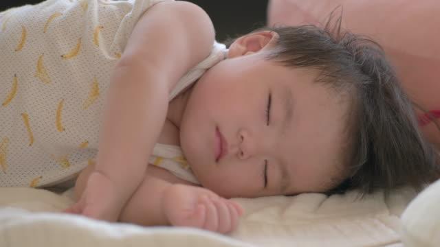 日本の赤ちゃんが部屋で眠っています。 - sleeping点の映像素材/bロール
