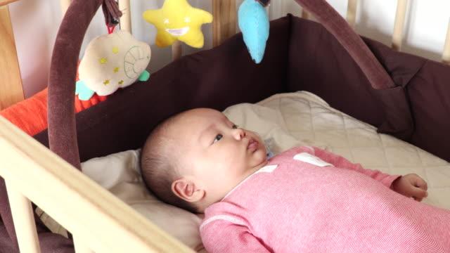 vidéos et rushes de japanese baby - vêtement de bébé