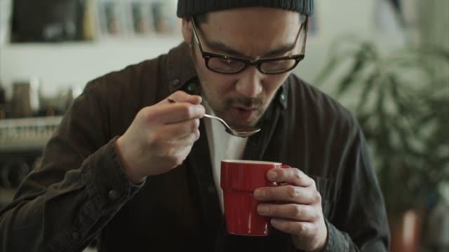 日本のバリスタの味新鮮なコーヒー - 30代点の映像素材/bロール