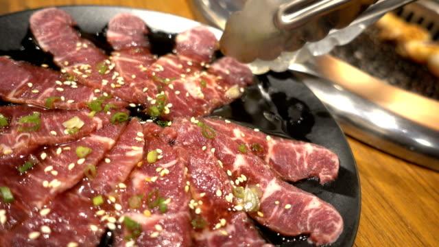 vídeos de stock e filmes b-roll de japanese bbq beef in yakiniku restaurant. - beliscar