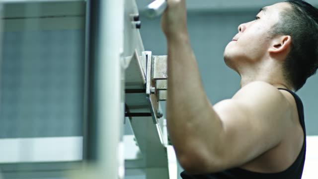 ショットの出入りでプルアップをしている日本のボディービルダー - ウエイトトレーニング点の映像素材/bロール