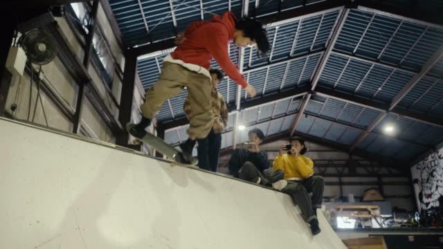 ランプで彼らの友人のスケートボードを撮影する日本の男の子 - 傾斜面点の映像素材/bロール