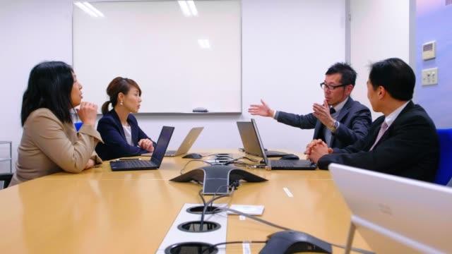 オフィスにいる日本のビジネスマン - 会議室点の映像素材/bロール